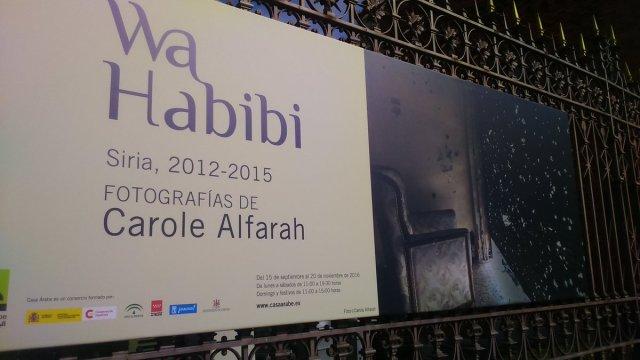 Afiche de la exposición, en la entrada de la Casa Árabe de Madrid.